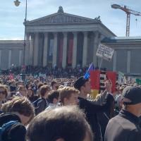 Die Jugend demonstriert bei Fridays for Future in München am Königsplatz