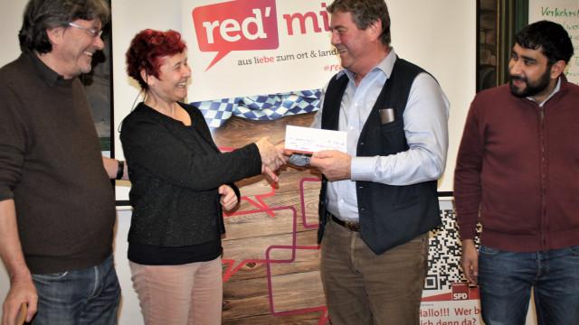 Gutschein über eine Bank von der SPD für den Bürgermeister von Hohenlinden