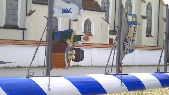 Hohenlinden: Maibaum noch liegend, kurz vor dem Aufstellen, vor der Hohenlindner Kirche