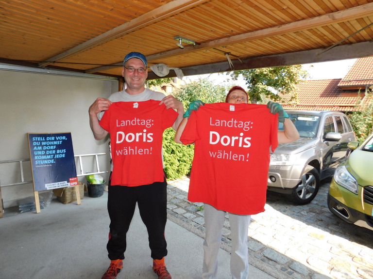 Wahlkampfvorbereitungen - wer kriegt welches T-Shirt?
